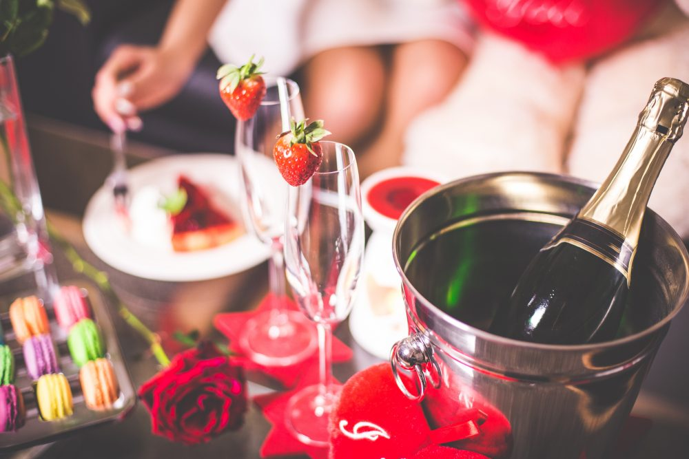 Valentine's Day doesn't have to be expensive. Here are 8 great date ideas that cute, fun, and don't break the bank. www.theballeronabudget.com