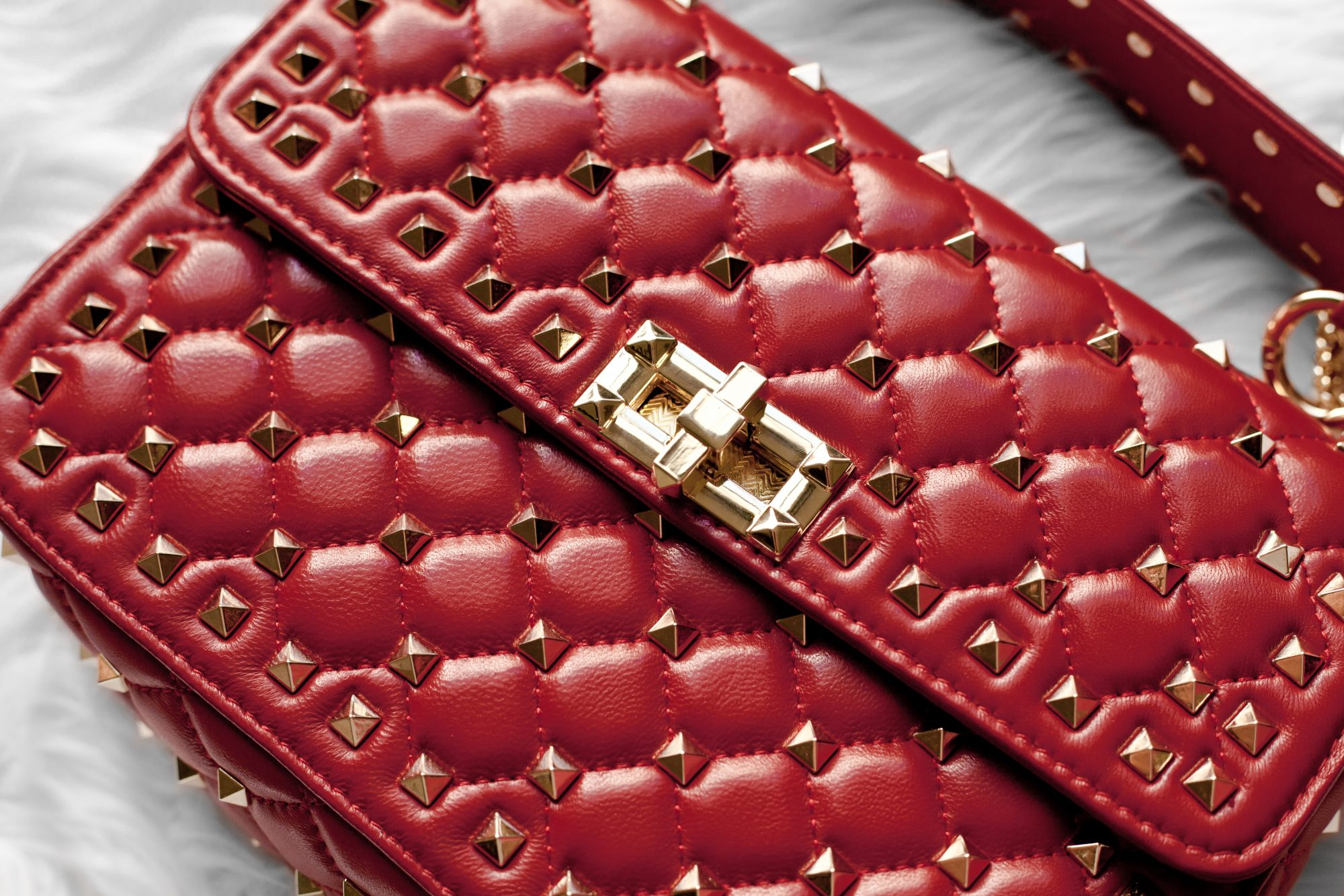 3d6be41c71 Looking for a dupe of the $3,000 Valentino Rockstud Top Handle Bag without  the expensive price ...