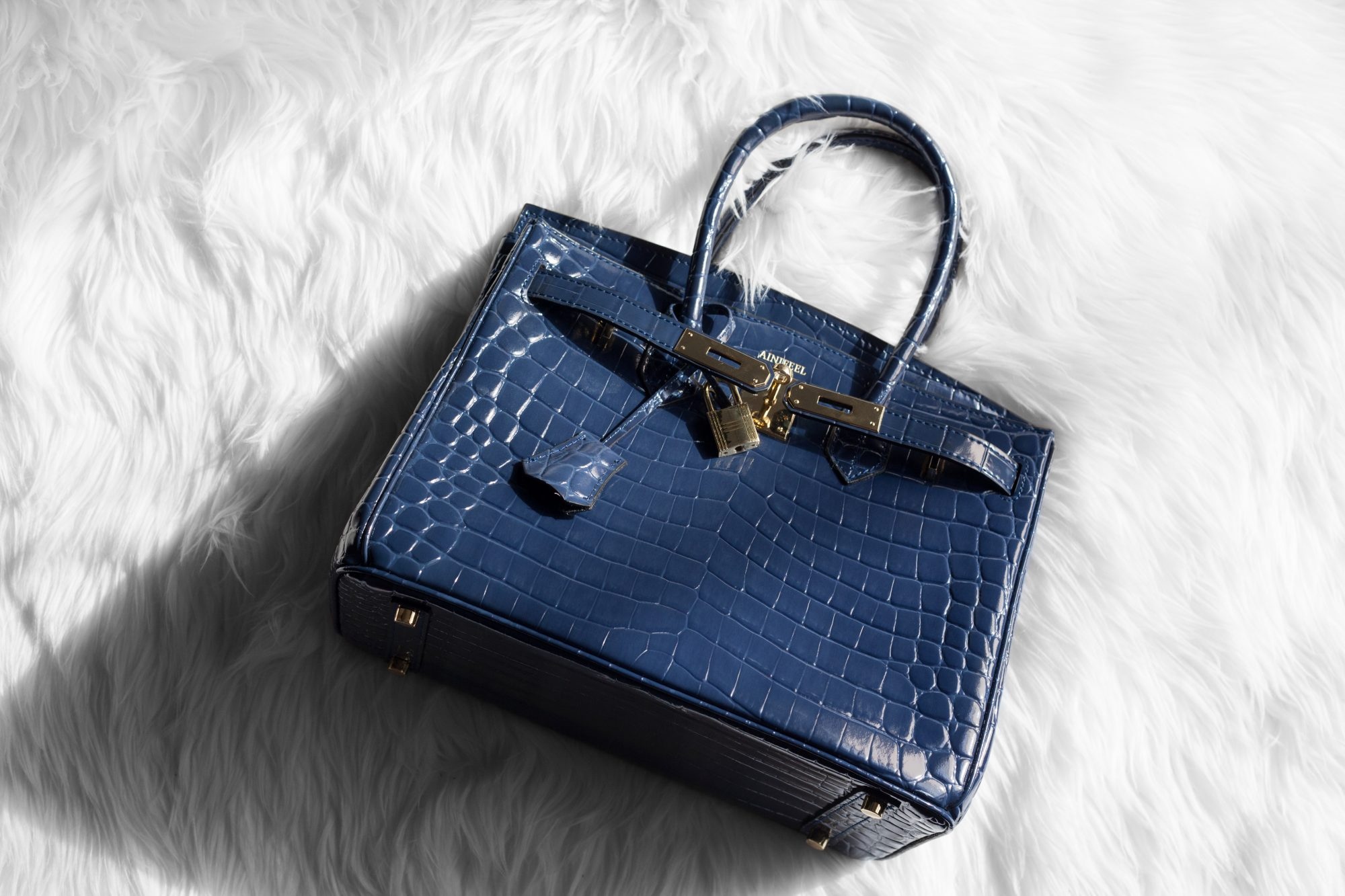 Did you know that a pre-owned crocodile Hermés Birkin can start at $55,000? Imagine the full price! You can grab this gorgeous designer dupe for only $145. - www.theballeronabudget.com