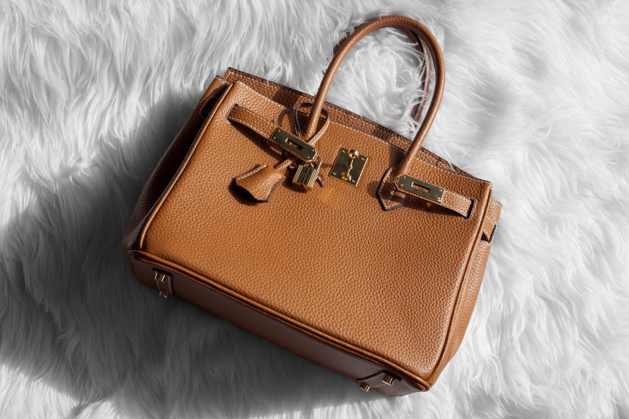 275ea2eb3a44 This tan bag is a gorgeous designer dupe of the Hermés Birkin.