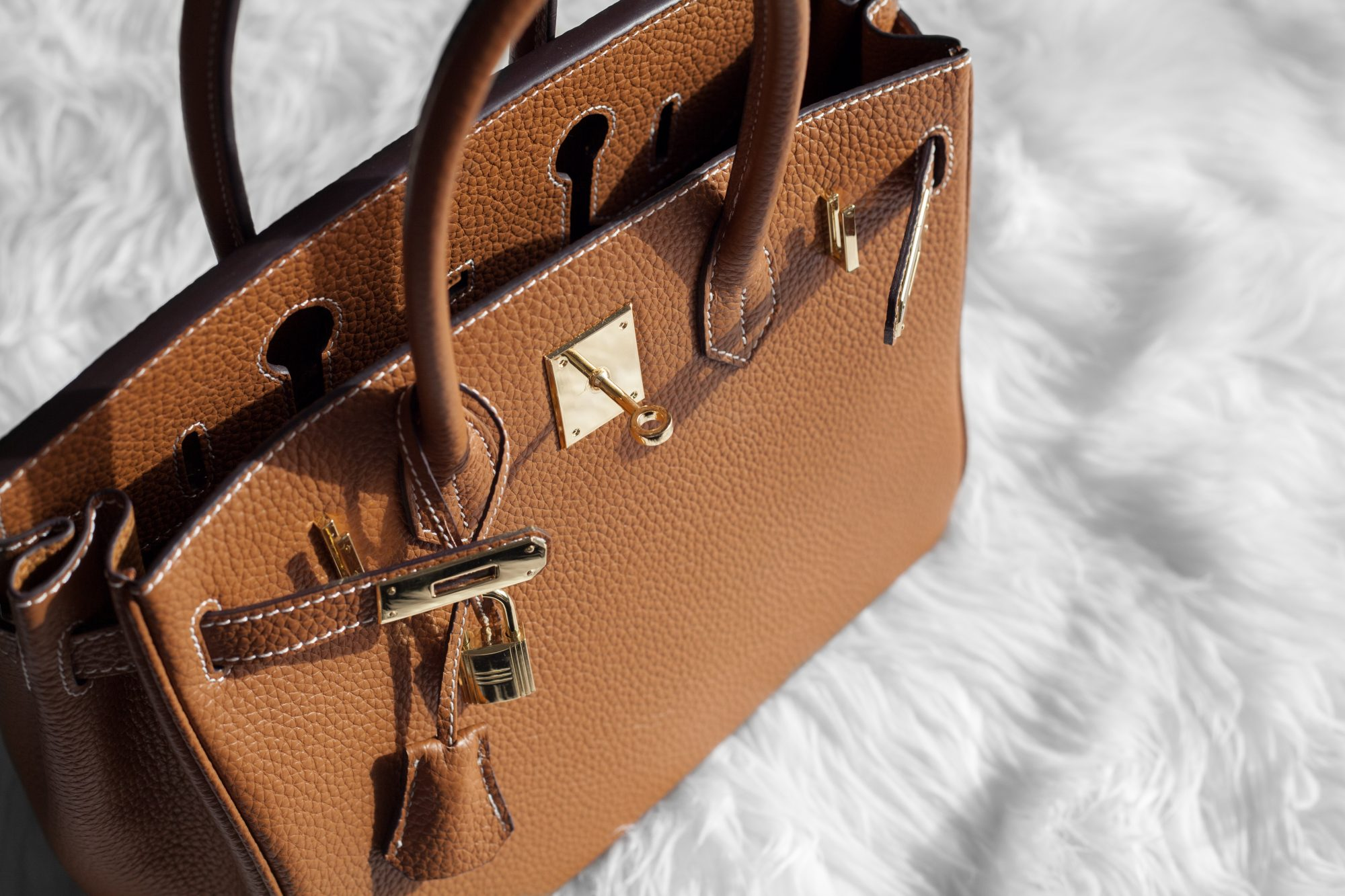 This tan bag is a gorgeous designer dupe of the Hermés Birkin. Why spend $10,000+ when you can get the look for less at $119. -www.theballeronabudget.com