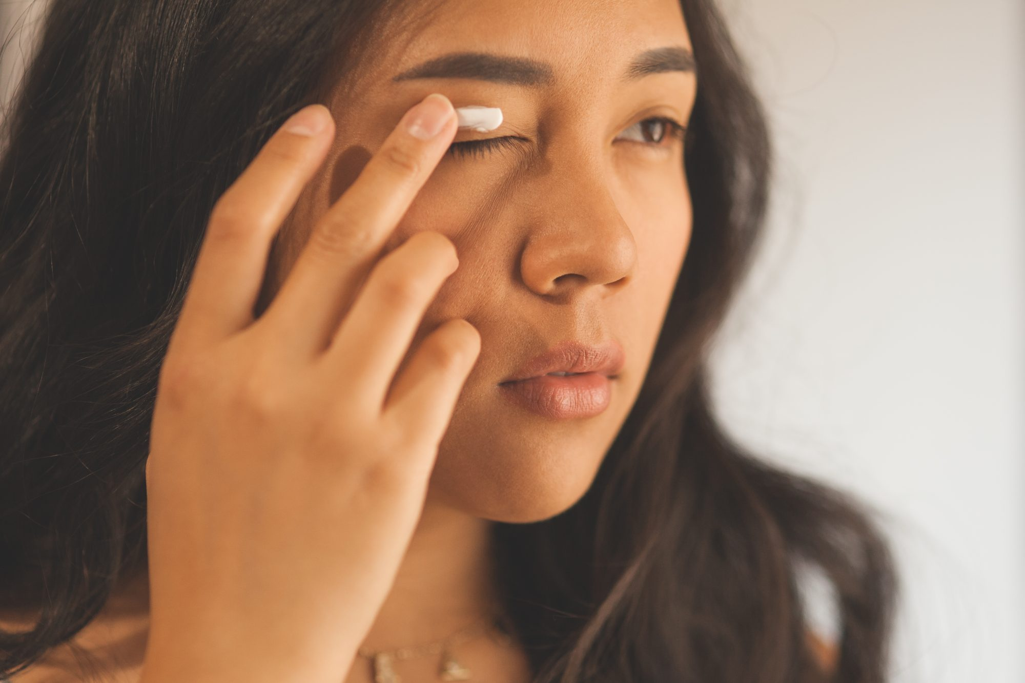 Do you have tiny bumps around your eyes that don't seem to go away? They're not pimples - they're milia. And they might be caused by your eye cream. Heres how to get rid of those pesky bumps for good. - www.theballeronabudget.com